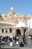 Les gens marchant sur la place principale de vieux Sana Image libre de droits