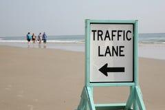 Les gens marchant sur la plage Images libres de droits