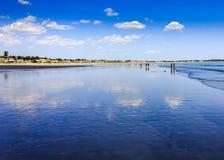 Les gens marchant sur la plage au pin dirigent Maine Photos stock