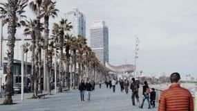 Les gens marchant sur la plage de Barceloneta image stock