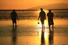 Les gens marchant sur la plage de Pakmeng sous le coucher du soleil Photo stock