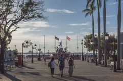 Les gens marchant sur la promenade à San Juan photo libre de droits