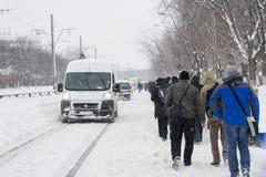 Les gens marchant sur la route après les chutes de neige lourdes Image libre de droits