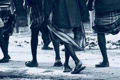 Les gens marchant sur la route ont isolé la photographie unique Photographie stock