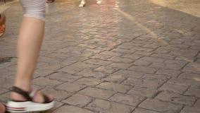 Les gens marchant sur la rue banque de vidéos