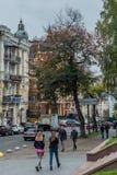 Les gens marchant sur la rue Images stock