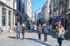 Les gens marchant sur la rue d'achats de Stroget image libre de droits