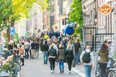 Les gens marchant sur la rue d'Amsterdam image libre de droits