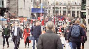 Les gens marchant sur la rue de Londres, foyer sur le fond Photos libres de droits