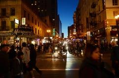 Les gens marchant sur la rue de nuit, ville de San Francisco Images stock
