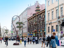 Les gens marchant sur la rue revovated de Myasnitskaya avec la vue au Images stock