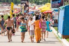 Les gens marchant sur la station de vacances de mer de Costinesti Photo stock