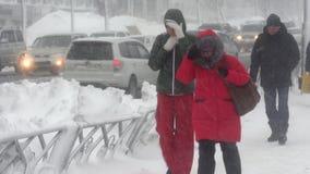 Les gens marchant sur la ville pendant la tempête de neige lourde, cyclone Pacifique de neige banque de vidéos