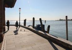 Les gens marchant sur le bord de mer dans Burano, Venise, Italie Photographie stock libre de droits