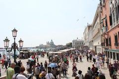 Les gens marchant sur le degli Schiavoni de Riva Images stock