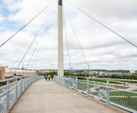 Les gens marchant sur le pont photographie stock