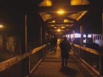 Les gens marchant sur le pont image libre de droits