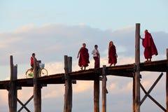 Les gens marchant sur le pont célèbre en teck d'U-Bein, Myanmar Images stock