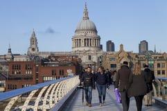 Les gens marchant sur le pont de millénaire à Londres Image stock