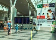 Les gens marchant sur le terminal de départ dans l'aéroport de KLIA 2 en Kuala Lumpur, Malaisie Image libre de droits