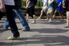 Les gens marchant sur le trottoir Photographie stock libre de droits