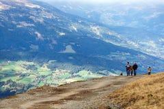 Les gens marchant sur une route de montagne Les Alpes, Autriche Images libres de droits