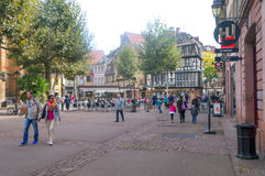 Les gens marchant sur une rue à Colmar Image stock