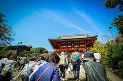 Les gens marchant vers le haut de l'escalier au tombeau de Tsurugaoka Hachimangu, Kanagawa, Japon Photo stock