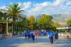 Les gens marchent autour de la station touristique populaire de Budva, Monténégro Image libre de droits