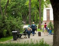 Les gens marchent avec des enfants Photo stock