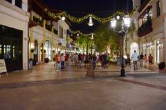 Les gens marchent dans le mail avec les constructions de style et les décorations européennes de Noël la nuit dans le lac Buena V photographie stock libre de droits