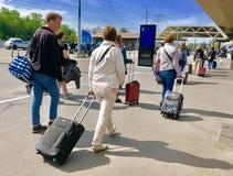 Les gens marchent de la gare routière au terminal de départ dans l'aéroport de Genève photos libres de droits