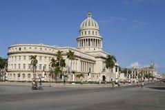 Les gens marchent devant le bâtiment de Capitolio à La Havane, Cuba Image stock