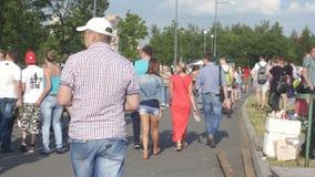 Les gens marchent en parc et vont sur un sentier piéton clips vidéos