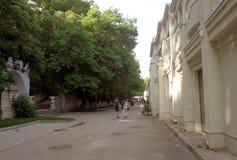Les gens marchent le long de l'allée côtière à Varna Photos stock