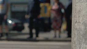 Les gens marchent le long du passage pour piétons, voitures passent par banque de vidéos