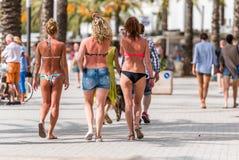 Les gens marchent le long du remblai, Salou, Tarragone, Espagne Copiez l'espace pour le texte Image stock