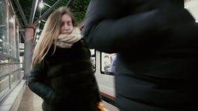 Les gens marchent le long du tablier après le train de départ banque de vidéos