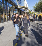 Les gens marchent le long du Zeil dans le midi à Francfort, Allemagne photographie stock