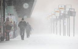 Les gens marchent sous la chute de neige importante inattendue Images stock