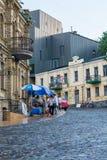 Les gens marchent sur la descente d'Andriyivskyy Kyiv, Ukraine Podil éditorial 08 03 2017 Photographie stock libre de droits