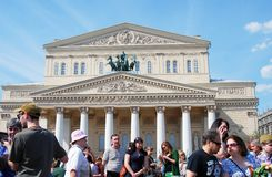 Les gens marchent sur la place de théâtre à Moscou Photo libre de droits