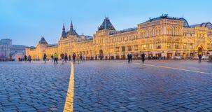 Les gens marchent sur la place rouge dans Kremlin près des touristes de GOMME faisant les selfies et la photo timelapse 4K clips vidéos