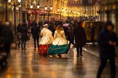 Les gens marchent sur la rue de fête décorée de Nikolskaya à Moscou image libre de droits