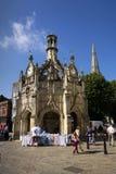 Les gens marchent sur la rue devant la croix de Chichester le 12 août 2016 à Chichester, Royaume-Uni images libres de droits