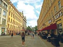 Les gens marchent sur la rue piétonnière au centre de St Petersburg photographie stock libre de droits