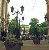 Les gens marchent sur la rue piétonnière au centre de St Petersburg images libres de droits