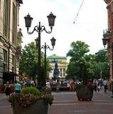 Les gens marchent sur la rue piétonnière au centre de St Petersburg photos stock