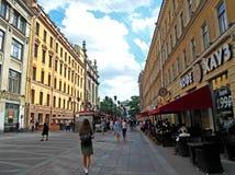 Les gens marchent sur la rue piétonnière au centre de St Petersburg photos libres de droits