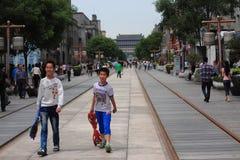 Les gens marchent sur la rue piétonnière de Qianmen dedans Photographie stock libre de droits
